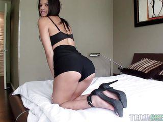Порно в юбке на улице