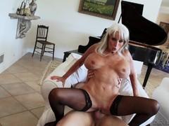 Порно сосет с большой грудью